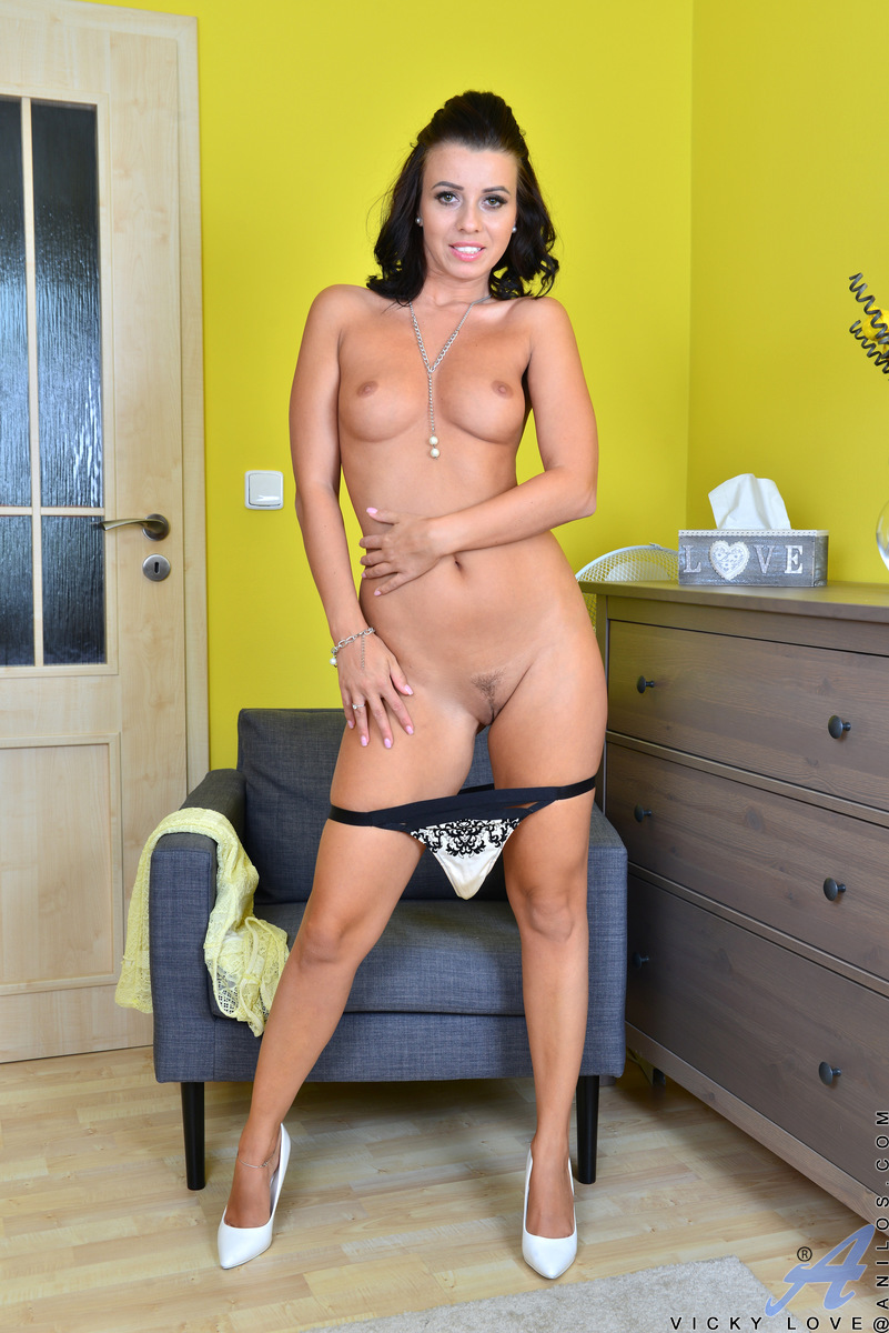 Hot Milf Vicky Love Playing With Her Shaved Pussy On The Couch At Anilos