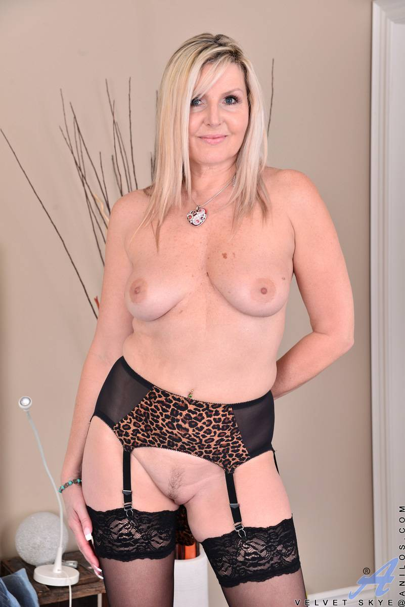 Blonde Canadian MILF Velvet Syke shows off her shaved pussy at Anilos