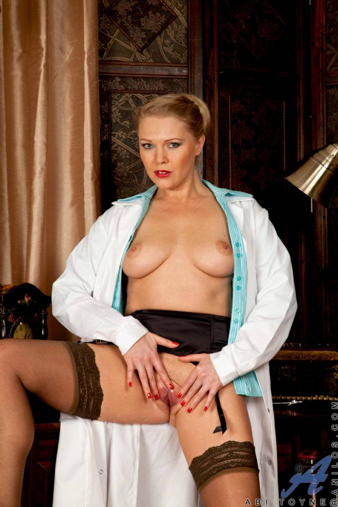 Blonde Mature Cougar Abi Toyne Playing With Her Shaved Pussy At Anilos