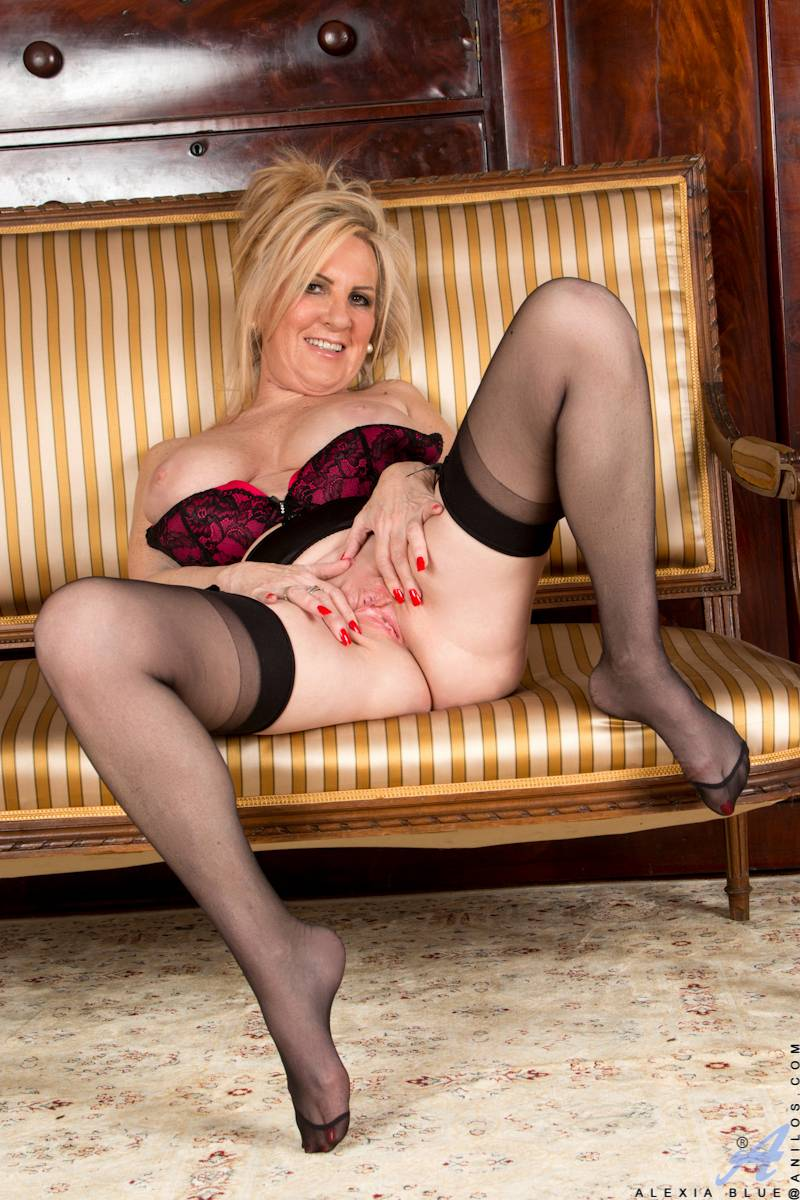 Blonde mature Alexia Blue playing with her pink pussy at Anilos