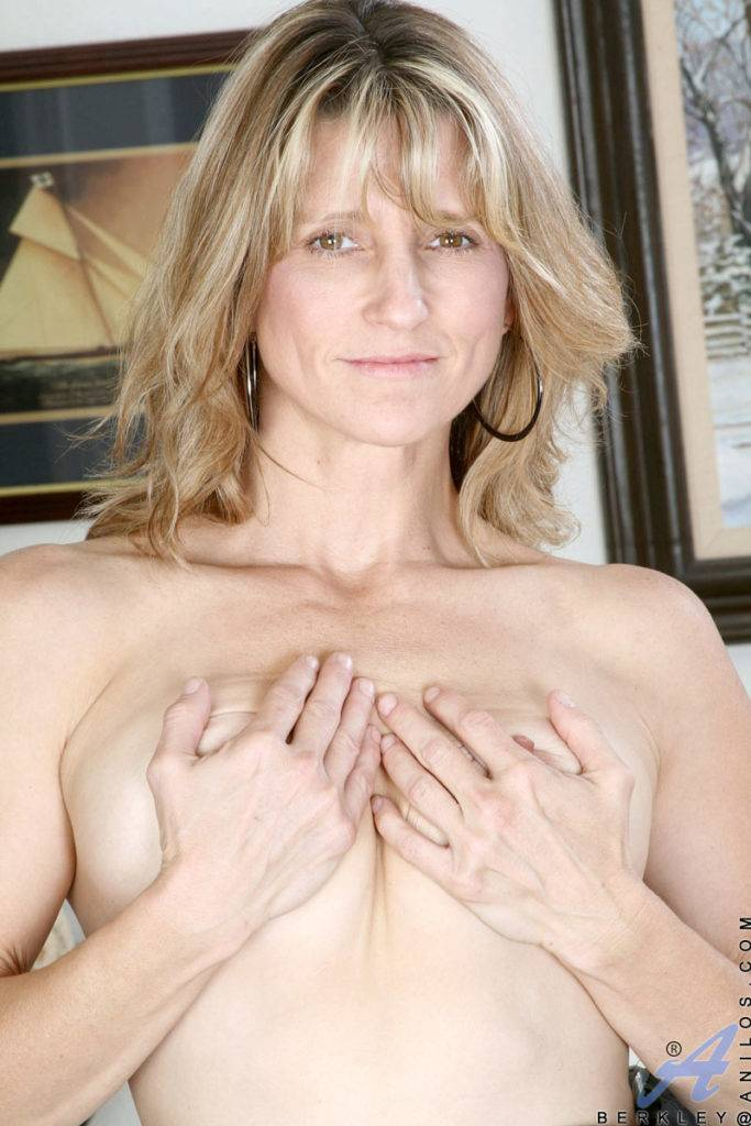 Hot Milf Berkley Plays With Her Mature Pussy At Anilos