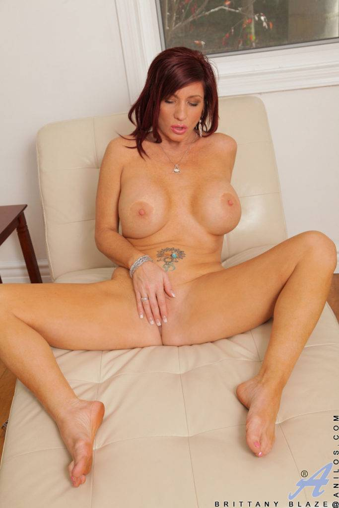 Sexy Mature Mom Brittany Blaze Stuffs Her Pussy With Her Fingers At Anilos