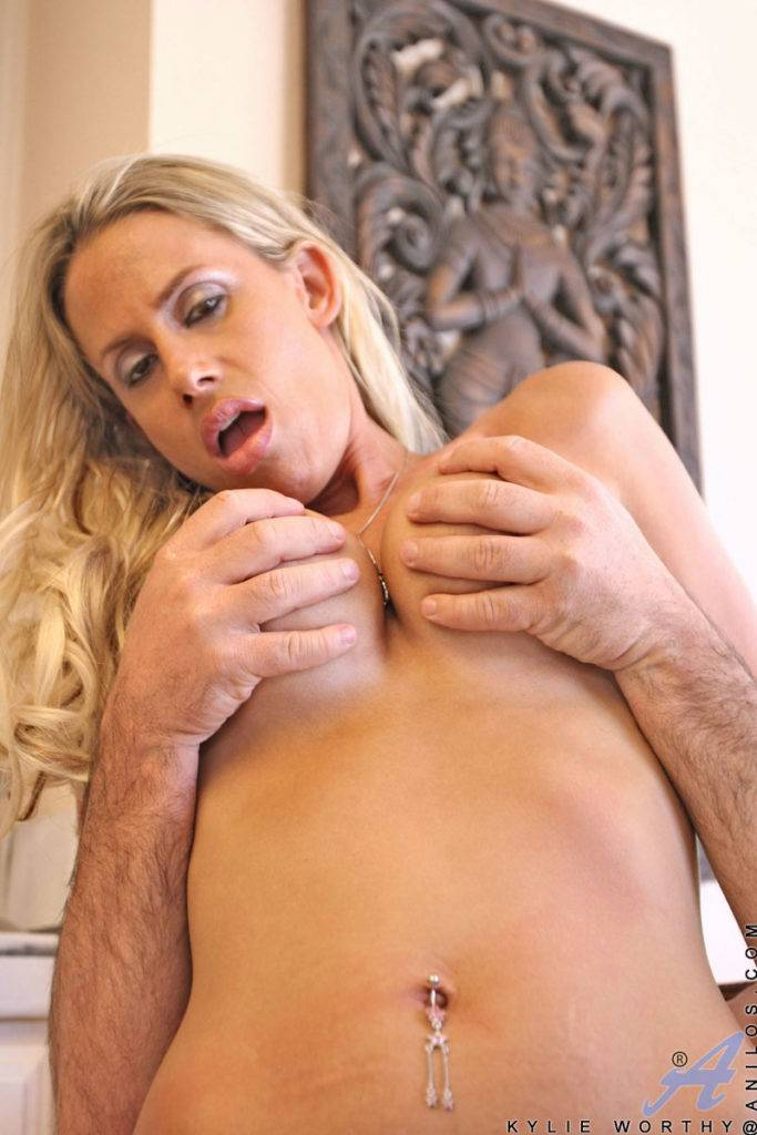Beautiful Kylie Worthy Fucks A Huge Dong Outdoor At Anilos