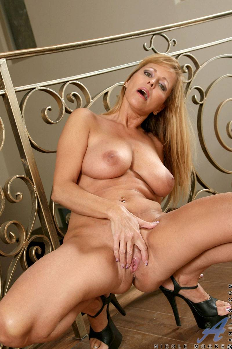 Blonde mature MILF Nicole Moore playing with her pink pussy at Anilos