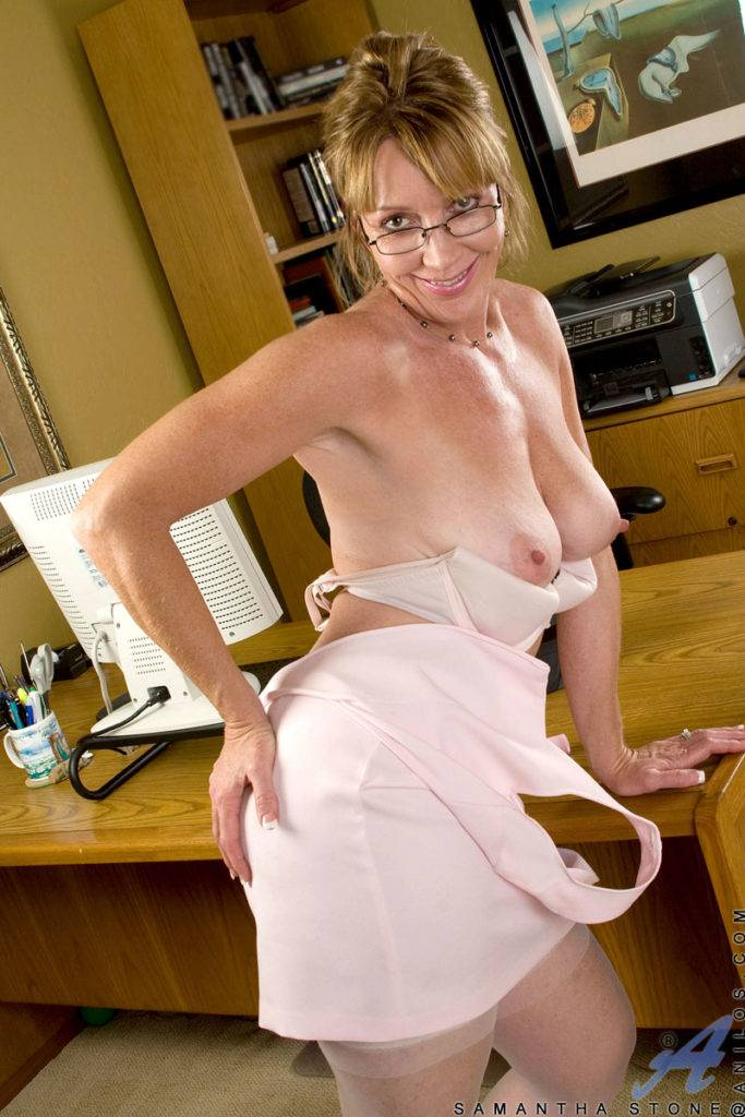 Mature Housewife Samantha Stone Playing Her Pussy With Her Handy Toy At Anilos