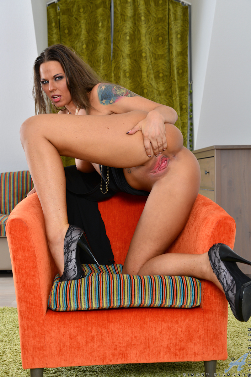 Hungarian Milf Simony Diamond Shows Off Her Shaved Pussy On The Couch At Anilos