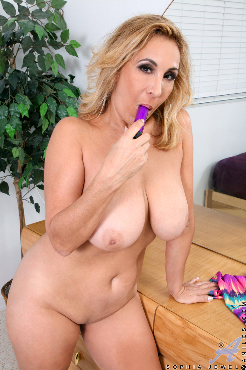 Blonde Milf Sophia Jewel With Big Ass And Big Natural Boobs Playing With Her Pink Dildo At Anilos