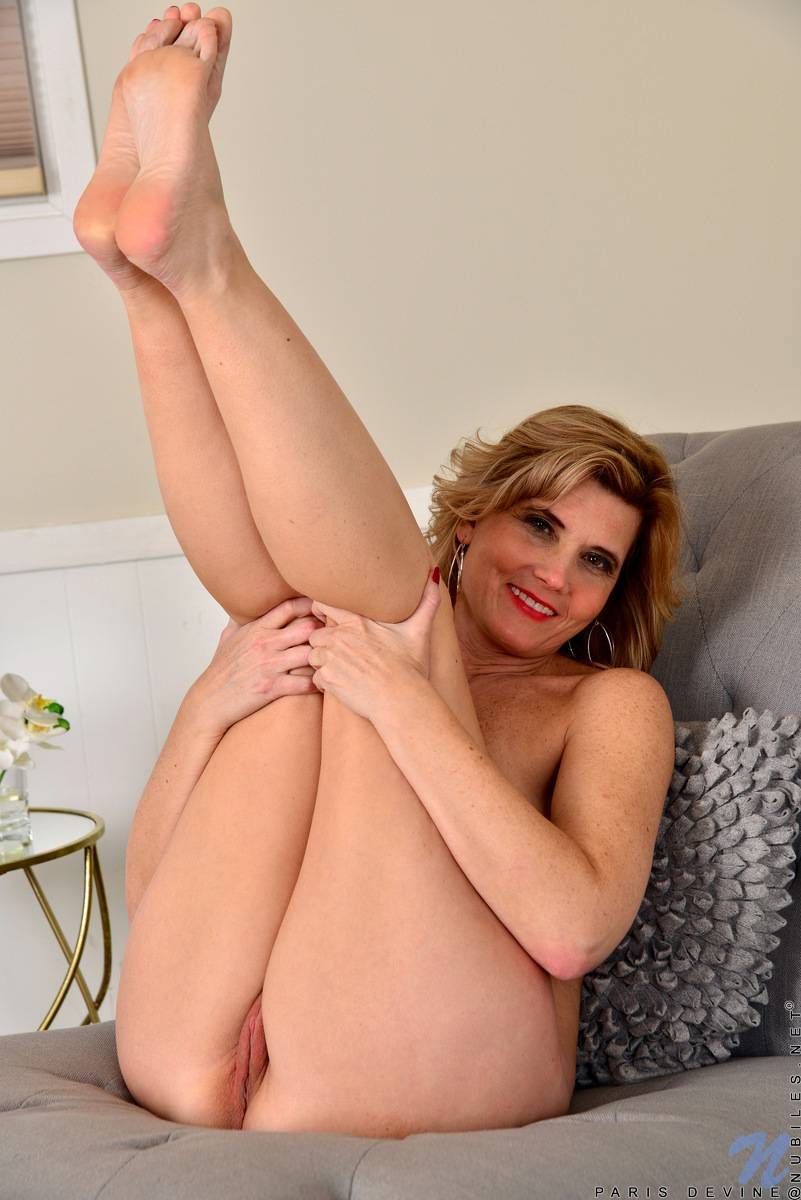 Sexy mature Alby Daor shows off her naked body at Anilos