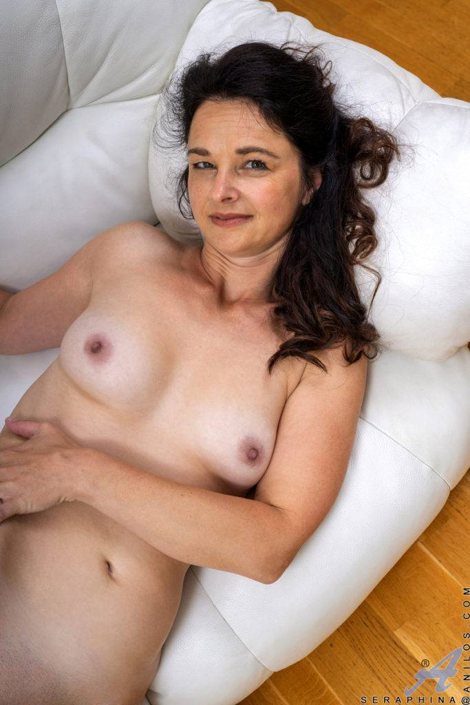 Hot And Horny Mature Seraphina Just Shows Off Her Pussy At Anilos