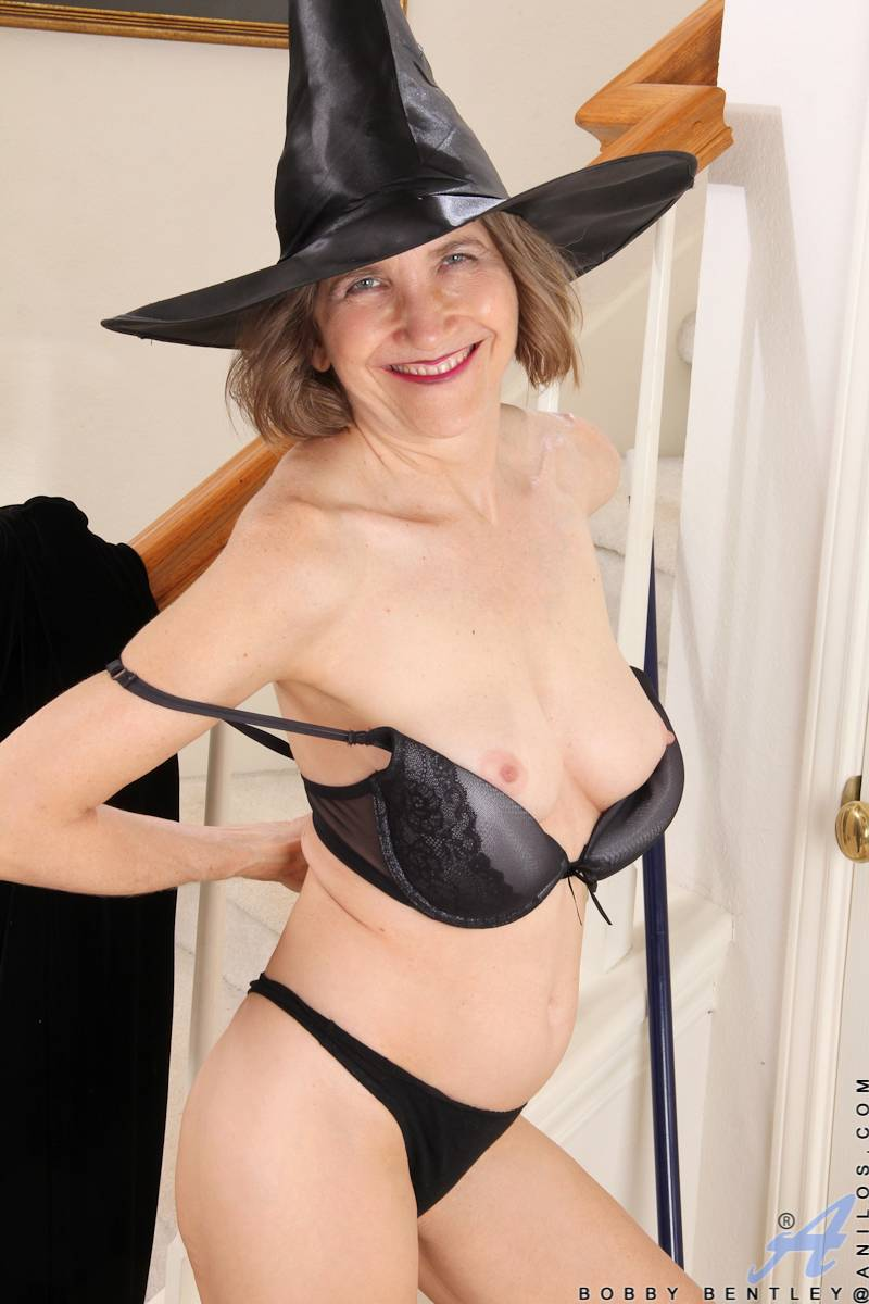 Hot granny Bobby Bentley playing with her pussy at Anilos