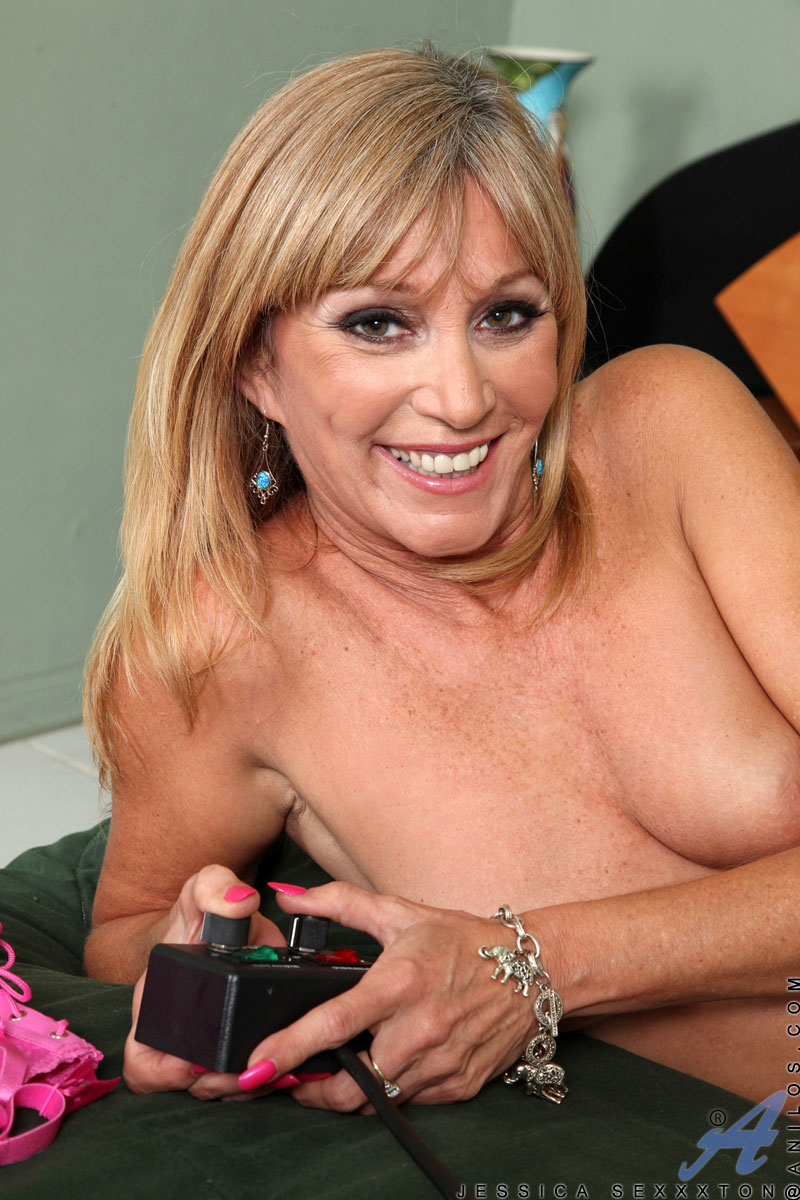 Blonde Cougar Jessica Sexxxton Shows Off Her Body In A Corset At Anilos