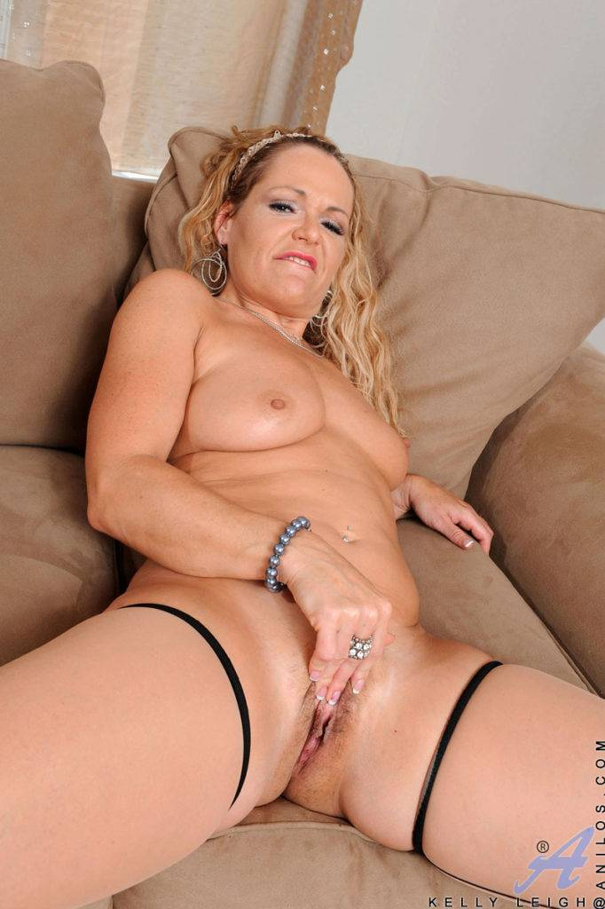 Blonde Cougar Kelly Leigh Masturbates On The Couch At Anilos