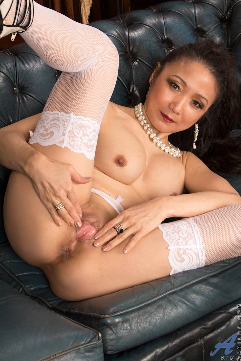 Asian mature Kim just can't keep her hands off at Anilos