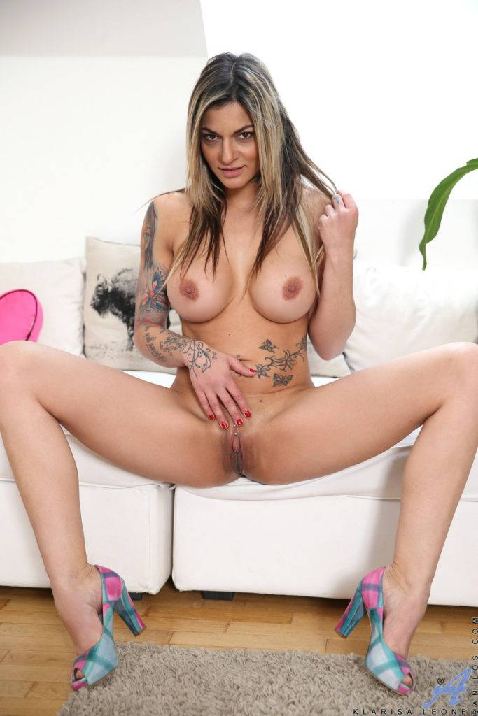 Blonde Housewife Klarisa Leone Playing With Her Shaved Pussy At Anilos