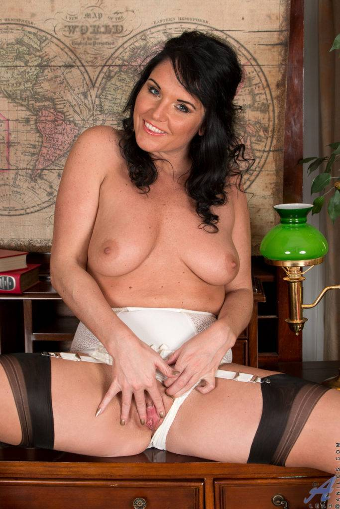 Naughty Milf Leah Just Show You Her Pussy At Anilos