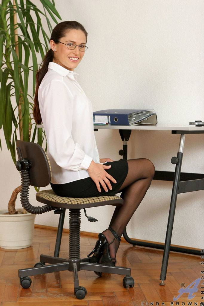 Sexy Babe Linda Brown Masturbate In The Office At Anilos