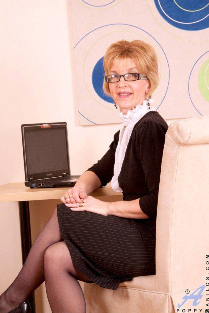 Classy Business Women Removes Her Skirt At Anilos