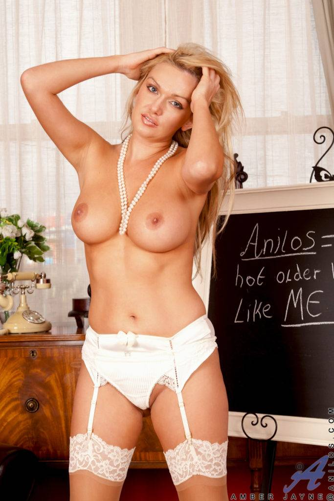 Hot Milf Amber Jayne Finger Bangs Her Moist Pussy At Anilos