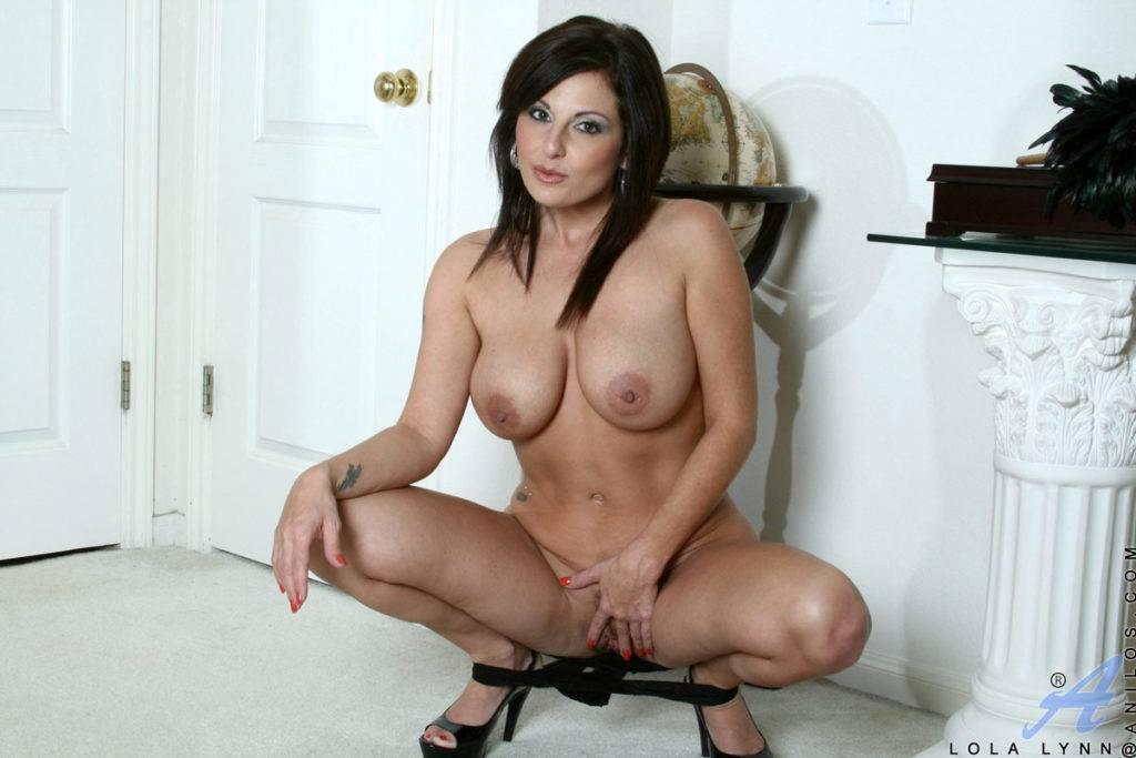 Busty Brunette Babe Lola Lynn Fingers Her Slick Twat At Anilos