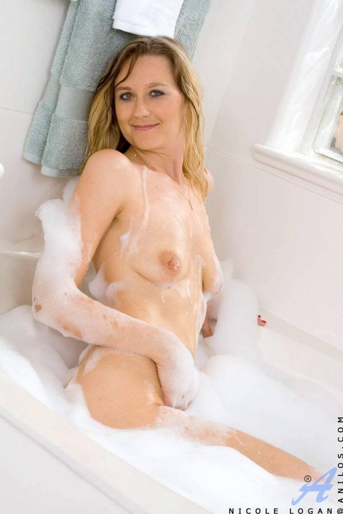 Sexy Babe Nicole Logan Masturbate In The Bath At Anilos