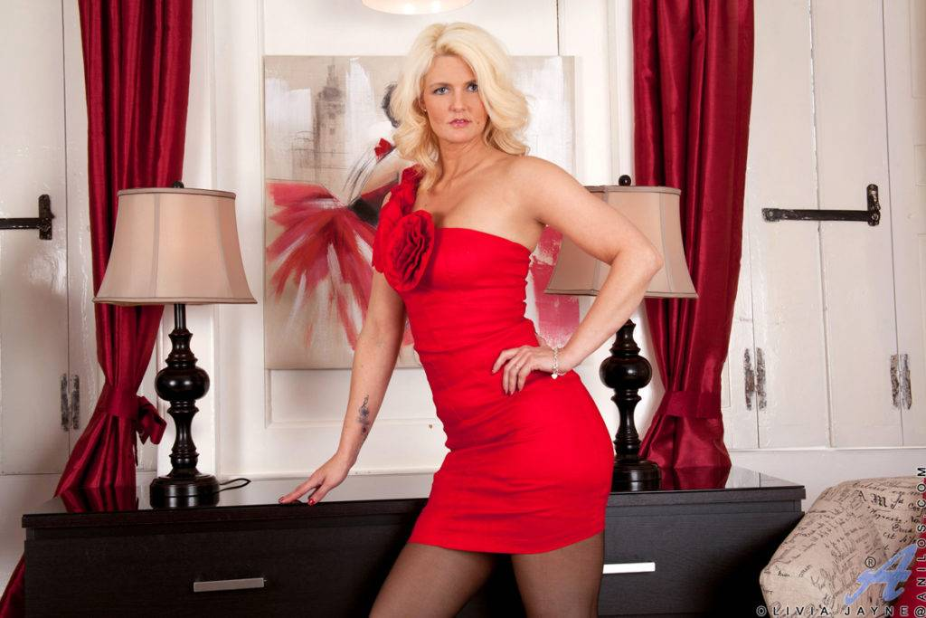Blonde Milf Olivia Jayne Wants To Show Off Her Stunning Body At Anilos