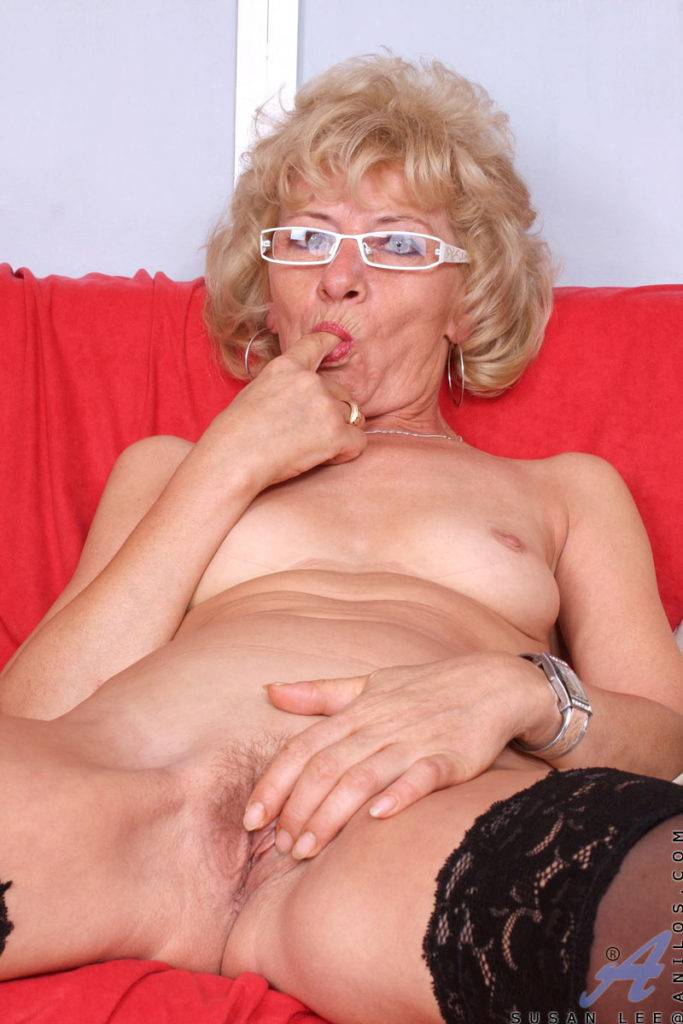 Sexy Mature Cougar Susan Lee Fingering Herself At Anilos