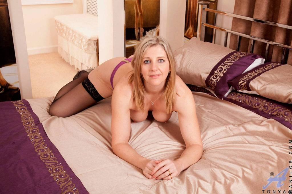 Busty Mature Mom Playing With Her Milf Pussy At Anilos